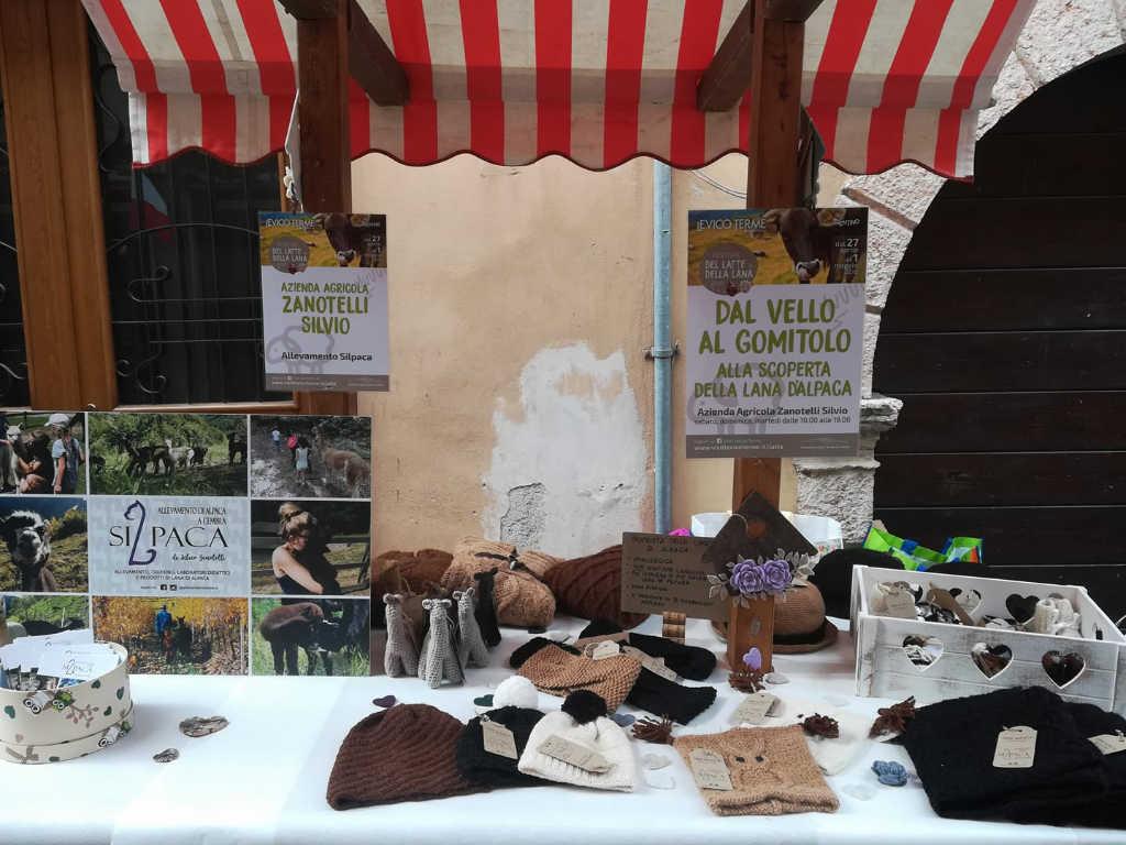 Verkaufstand im Cembratal von Silpaca mit Strickwaren aus ihrer Alpaka-Wolle. Foto: Silpaca für Noromaniac, Katrin Walter