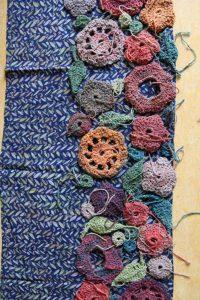 Probe, ob schon genügend Motive für einen ganzen Schal aus Noro Taiyo 4ply 23 da sind. Foto: Katrin Walter, Noromaniac