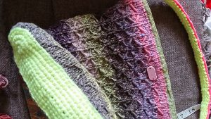Tasche im Wabenmuster aus der Taiyo 33 mit Handmade-Holzschild. Foto: Katrin Walter