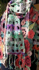 Der Blumenschal aus Noro Taiyo 4ply 23 macht sich auch gut zum Schal aus Noro Kibou 5. Foto: Katrin Walter, Noromaniac