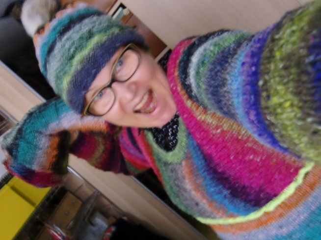 Noromaniac in Action mit ihrem Pullover aus Obi 1 und 7 plus Mütze und Loop in der Hand. (Foto: Katrin Walter)