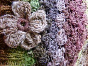 Noro Silk Garden 4ply 387 Mütze gehäkelt, Detail mit Blume