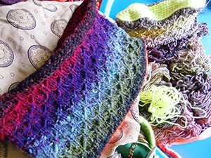 Tasche aus Noro Taiyo 41 im Werden, im Hintergrund Tasche aus Noro Taiyo 33 by noromaniac