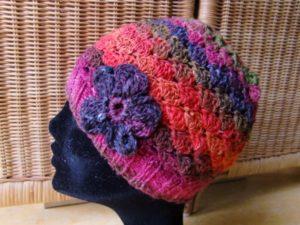 Noro Silk Garden 4ply 84 Mütze gehäkelt mit Blume