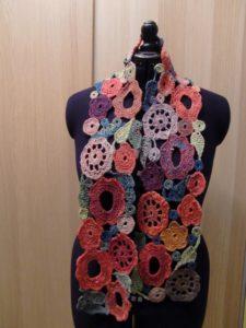 Blumen-Schal aus Noro Taiyo 4ply 23 auf schwarzem Grund