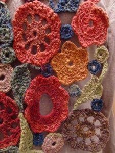 Blumen-Motive des Schals aus Noro Taiyo 4ply 23 Detail