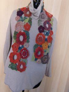Blumen-Schal aus Noro Taiyo 4ply 23 auf hellem Grund