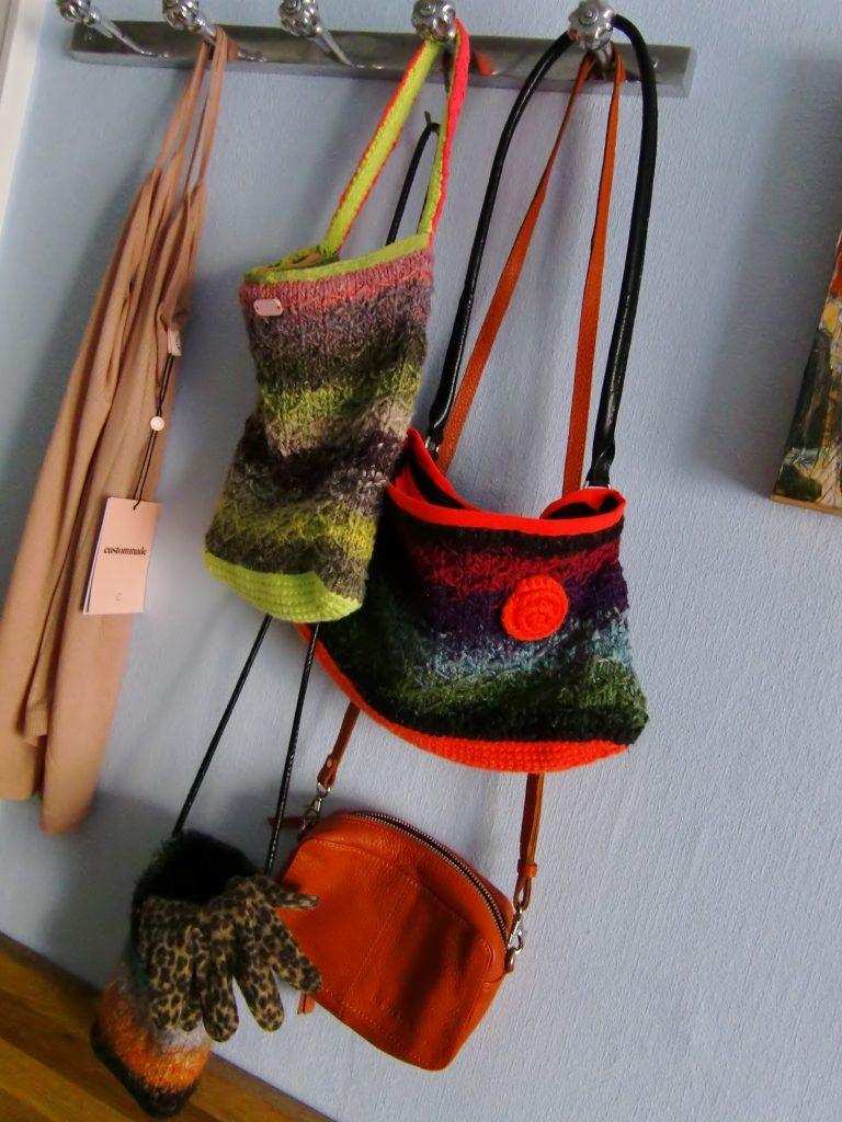 Taschen-Manie von Noromaniac: 2 aus Noro Taiyo 33 und 41, eine aus Obi 1 und eine orangefarbene Ledertasche. Foto: Katrin Walter