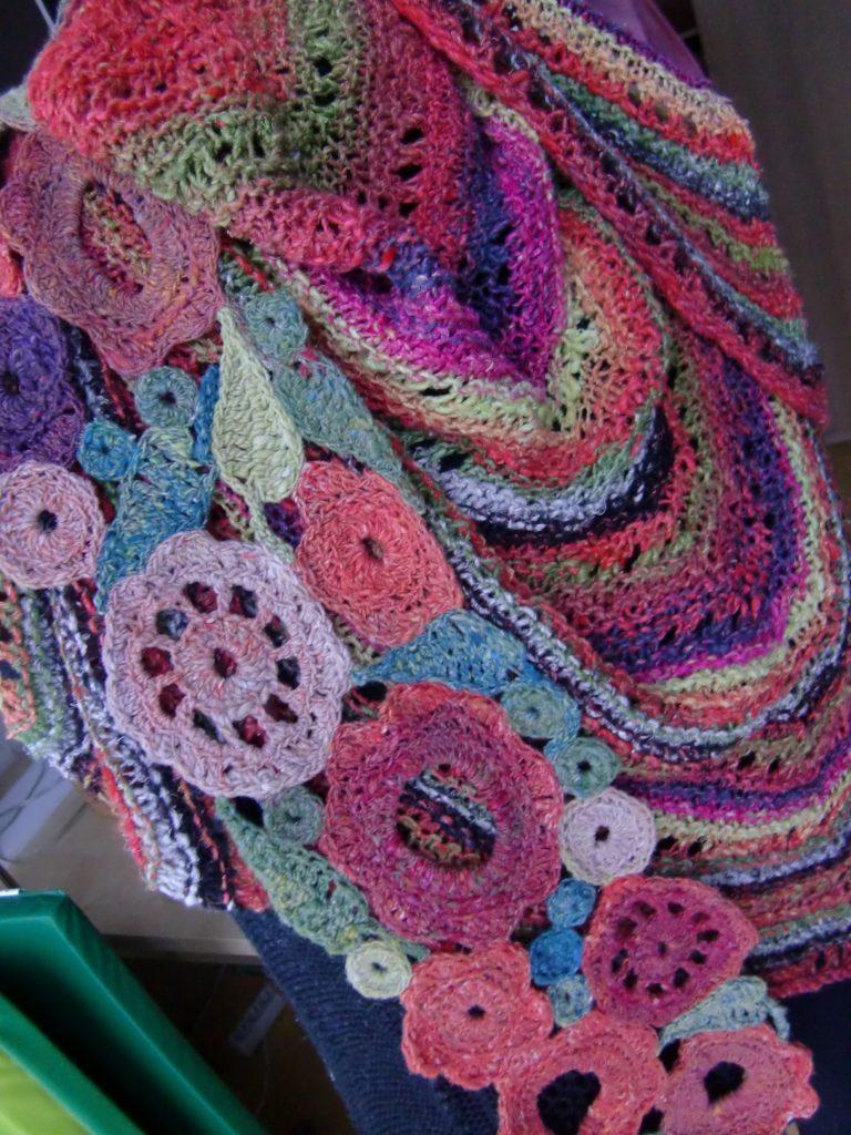 Der Blumenschal aus Noro Taiyo 4ply 23 passt auch hervorragned zum Tuch aus Noro Janome 3. Foto: Katrin Walter, Noromaniac