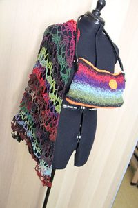 Tasche aus Noro Taiyo 41, fertig, Boden und Blume aus Acrylgarn in Neonorange. Hier mit Tuch aus Taiyo Sock 44.
