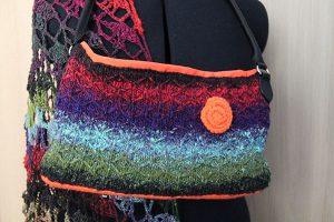 Tasche elegant aus Noro Taiyo 41. Boden und Blume aus Acrylgarn in Neonorange. Futter neonorange. Hier mit Tuch aus Taiyo Sock 44.