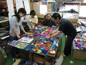 Eisaku Noro mit seinem Team beim Kreiieren von neuen Farbrapporten.