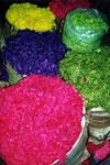 Knallige Farben der Handstrickwolle als Ausgangsmaterial für das spätere Verspinnen.