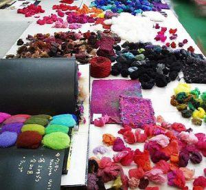 Man sieht jede Menge Farben und Fasern in der Garn-Produktion auf dem Designer-Tisch