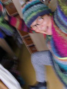 Noromaniac in Action mit Pullover, Mütze und Loop aus Noro-Obi, der Auslöser für meinen persönlichen Norovirus.