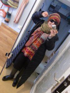 Noromaniac mit ihrem Pullover aus Noro Silk Garden 4ply 341 unter Mantel, mit Mütze aus Silk Garden 341