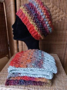 Schal aus den Resten der Noro Silk Garden 341 und mintfarbener Merino-Wolle, im Hintergrund der Bobbel Hat