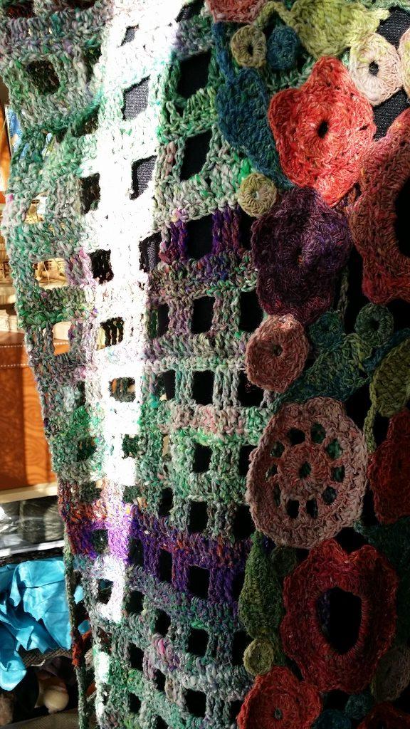 Noro Kibou 5 Stola mit Blütenschal aus Noro Taiyo 4ply 23 von Noromaniac. Foto: Katrin Walter