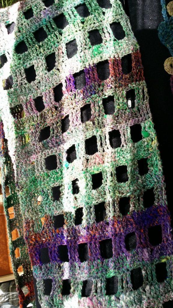 Noro Kibou 5 Schal von Noromaniac - Detail der quadratischen Löcher, die ganz einfach gehäkelt sind mit Doppelstäbchen und Luftmaschen. Foto: Katrin Walter/Noromaniac