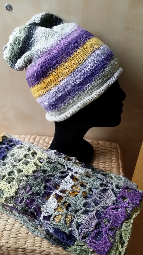 Mütze mit passendem Schal/Poncho aus der Noro Taiyo Sock 30 von Noromaniac. Foto: Katrin Walter
