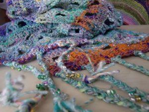 Stola/Schal aus Noro Kibou 5 Stola von Noromaniac. Detail mit Fransen und Perlen. Foto: Katrin Walter
