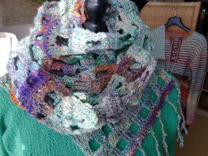 Noro Kibou 5 Stola hier gewickelt zu einem wärmenden Schal, auf Knallgrün, im Hintergrund das vorherige Projekt von Noromaniac aus Silk Garden 4ply 341. Foto: Katrin Walter