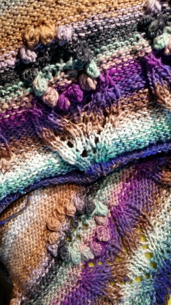 Das Blütenmuster am unteren Rand von Vorder- und rückenteil des Pullovers aus Noro Taiyo Sport #9 (Foto Katrin Walter) #noroyarn #noromaniac #simplywalter