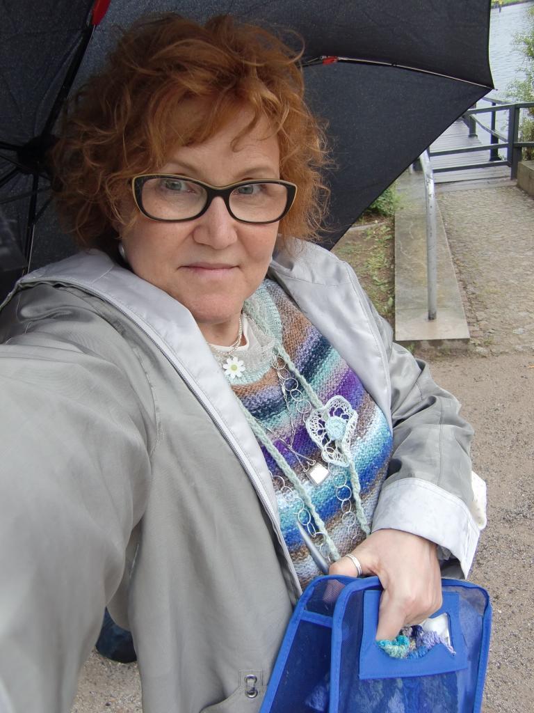 Katrin mit ihrem Traum von Mediterranen Meer im verregnten Berlin - Pullover aus Noro Taiyo Sport 9 plus mehr #noromaniac