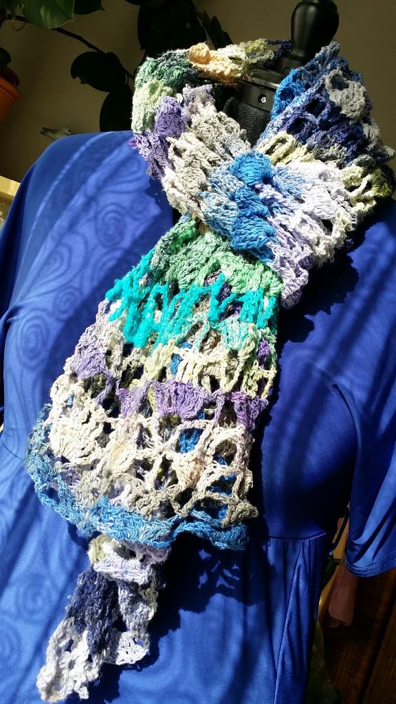 Poncho aus der Noro Taiyo Sock 48, der auch als Schal oder Stola getragen werden kann von Noromaniac. Foto: Katrin Walter
