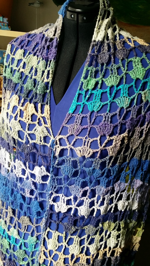 Das Cape aus Noro Taiyo 4ply #48 als Umhang nach vorn getragen #noromanic #simplywalter