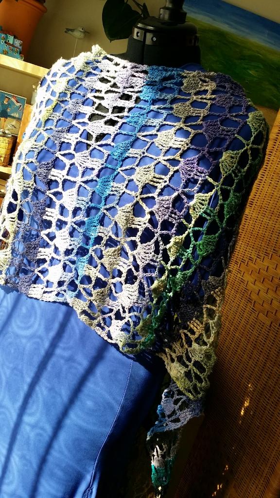 Voderansicht des Capes aus Noro Taiyo 4ply #48 als Stola getragen #noromanic #simplywalter