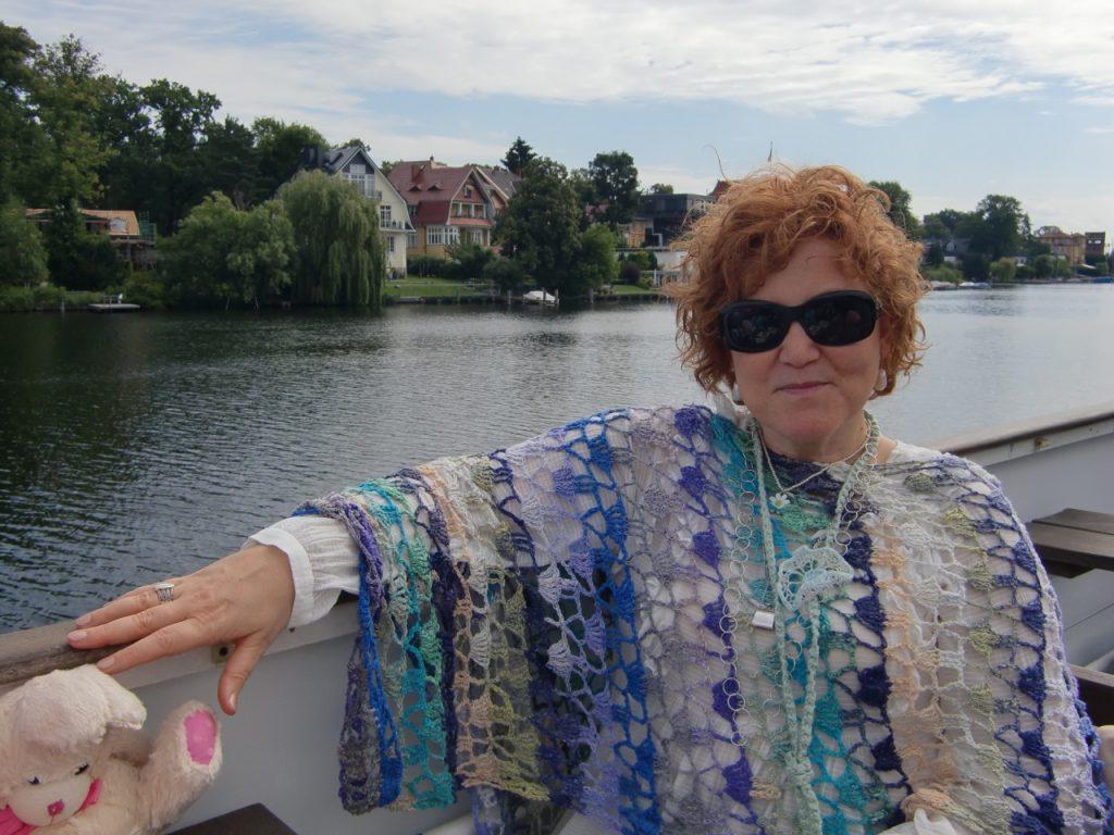 Katrin mit ihrem Cape Sommerwind aus Noro Taiyo 4ply #48 #noromaniac #simplywalter