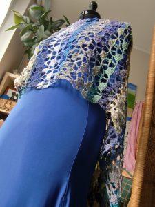 So spektakulär kann ein einfaches Netz-Cape wirken, wenn man es wie eine Stola trägt. Gesehen bei www.simplywalter.biz/noromaniac/projects/