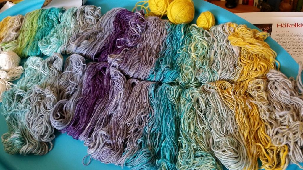 """Die abgeräufelte Wolle vom Knäuel, um den Farbrapport der Noro Taiyo 4ply 70 besser zu verstehen und das Projekt an der """"richtigen"""" Stelle anzufangen. Foto: Katrin Walter - Noromaniac"""