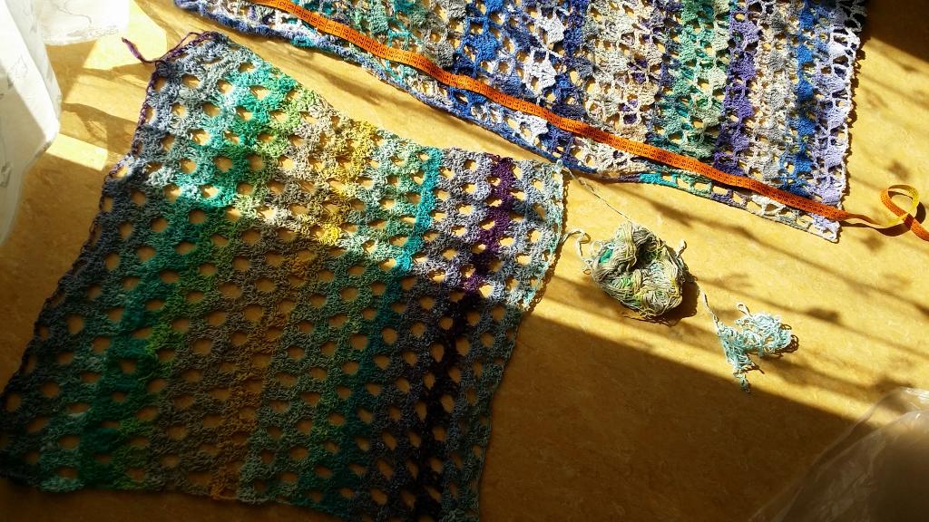 Ein Stück der Noro Taiyo 4ply 70 im Lockmuster gehäkelt, als es noch als Schal gedacht war, dann aber ein Pullover wurde. Foto: Katrin Walter - Noromaniac