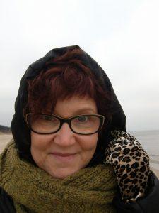 Wärmt Katrin Walter auch an der See, der olivfarbene Loop. Perfekt, auch wenn es einmal kein Norogarn ist.