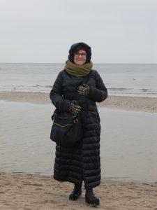 Katrin Walter mit ihrem vielseitigen olivfarbenen Loop an der See. Cool! Noromaniac.