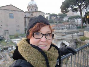 Erkundungen aus Reisen bei Wind und Wetter, der olivfarbene vielseitige Loop-Schal macht alles mit, hier in Rom, Italien. Katrin Walter - Noromaniac