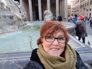 Im Winter in Rom wärmt der Loop-Schal aus olivfarbener Wolle und passt perfekt fast jedem Style. Katrin Walter - Noromaniac