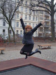 Hurra, Katrin Walter alias Noromaniac springt vor Freude in die Luft. Sie liebt ihren vielseitigen olivfarbenen Loop.