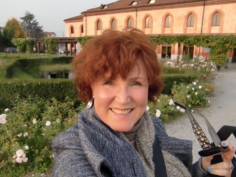 Vor der Slow Food Università di Scienze Gastronomiche in Pollenzo, im Piemont, Italien: Katrin Walter mit ihrem Loop aus Alpaka-Wolle.
