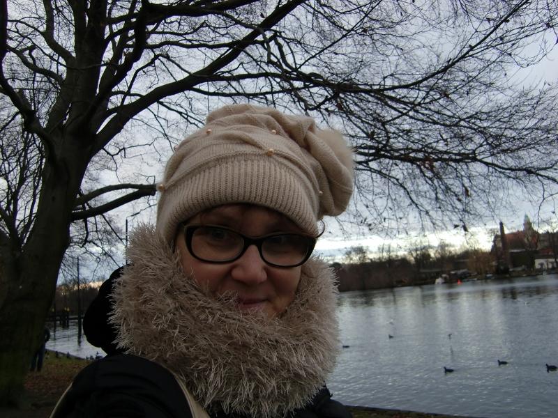 Spaziergang durch Köpenick: Katrin Walter mit ihrem Loop aus Alpaka- und Fransen-Wolle. Noromaniac