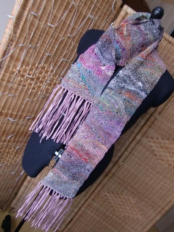 Schals aus Noro Kibou 12, gestrickt mit verkürzten Reihen und Fransen aus Alcanto. Noromaniac