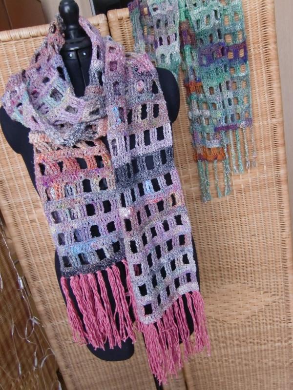 Gehäkelter Schal Zwei Schals aus Noro Kibou 12, im Hintergrund der Schal aus Kibou 5. Noromaniac