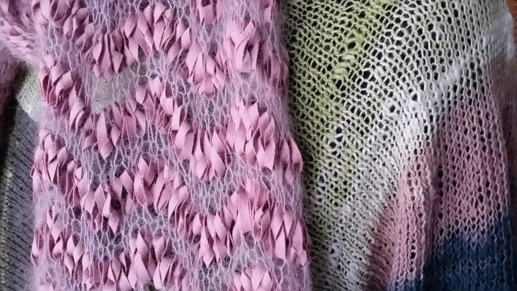 Der rosa Schal Alcanto und Silkhair passt perfekt zum Kimonopulli aus Noro Sekku. Foto: Noromaniac, Katrin Walter