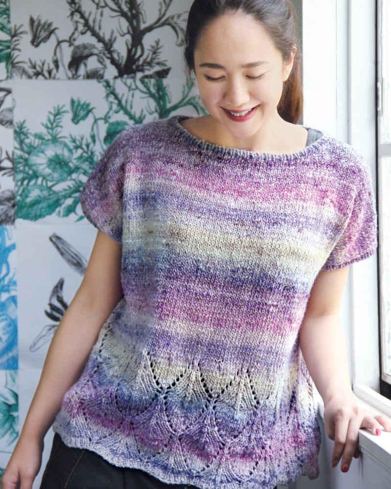 Top gestrickt aus Akari Farbe 10 in Lilatönen, designt vom Noro-Designteam