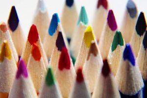 Buntstift-Spitzen in vielen Farben - Illustration für Noromaniacs Artikel über das bunte Farbverlaufsgarn