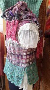 Hier sieht man die Variante der gehäkelten Weste aus Noro Kibou und Noro Silk Garden Sock. Design und Foto: Katrin Walter aka Noromaniac