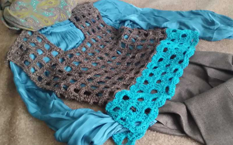 Dezent die Crochet Top Variante aus zweimal Noro Silk Garden in den Farben #6 braun und #6 mediterranean blue. Design und Foto: Katrin Walter aka Noromaniac