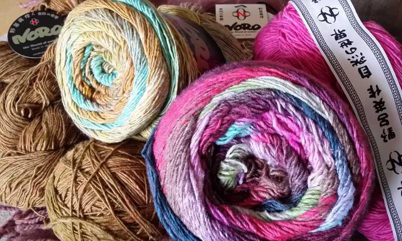Das tolle Garn zum Häkeln, die Noro Geshi Farbe #5 Nakatsu, die Noro Tsubame Farbe #10 Tokamachi sowie die Noro Sonata in den Farben #8 Caramel und #23 Azalea. Foto: Katrin Walter - Noromaniac